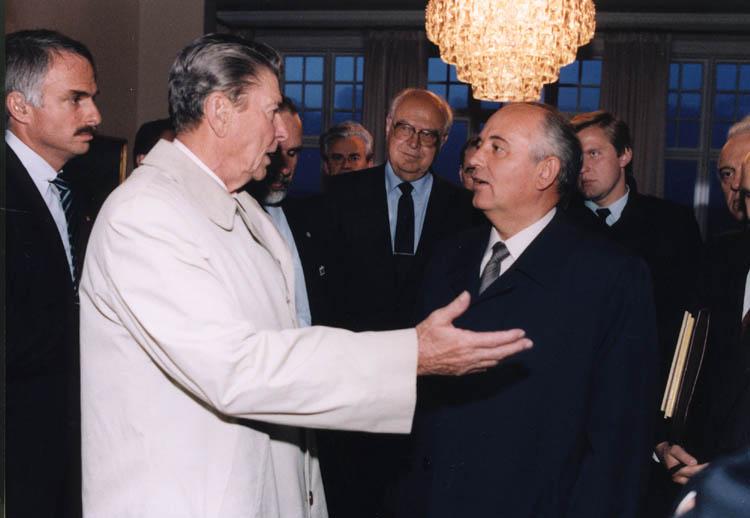 Reagan_Gorbachev_negotiate_outside_Reykjavik_Summit.jpg