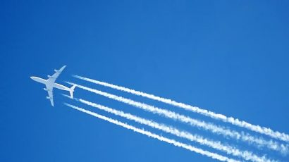 The condensation trails (contrails) of an Airbus A340 jet over London. Credit: Adrian Pingstone