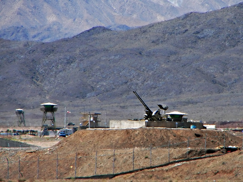 Anti-aircraft guns guarding Natanz nuclear facility. Credit: Hamed Saber. Image accessed via Wikimedia Commons. CC BY 2.0.