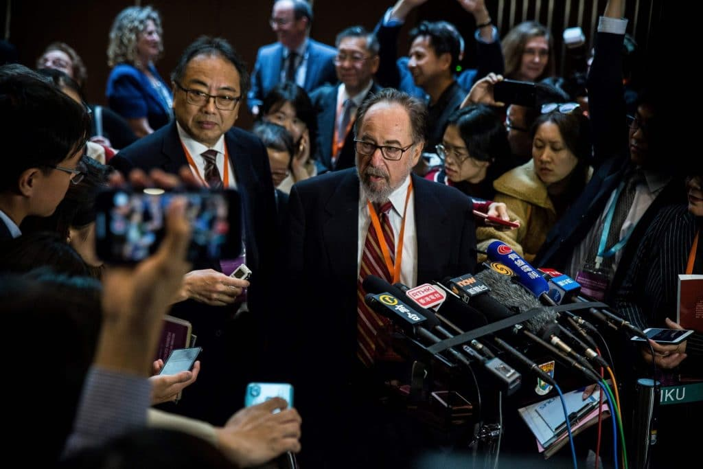 Dieses Bild, aufgenommen am 27. November 2018, zeigt den Biologen und Gipfelvorsitzenden David Baltimore (Mitte rechts) vom California Institute of Technology bei einer Pressekonferenz während des zweiten Internationalen Gipfels zur Humangenombearbeitung in Hongkong.  (Getty Images/AFP)